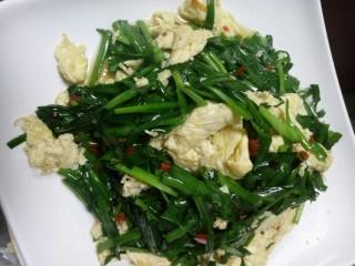 芽儿椒椒,炒的时候没拍到😂😂 🌾热锅炒蛋,蛋液凝固就可以放韭菜了 🌾韭菜下锅翻几下,调剁椒,味精。炒匀即可
