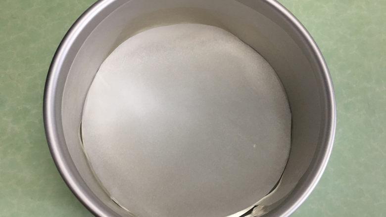 8寸芒果慕斯蛋糕,将剪好的圆形油纸铺在蛋糕模具底部。