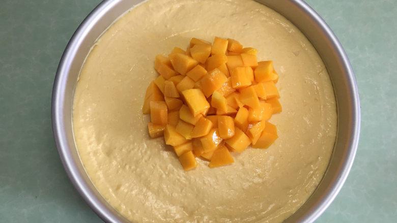 8寸芒果慕斯蛋糕,中间放适量芒果丁。