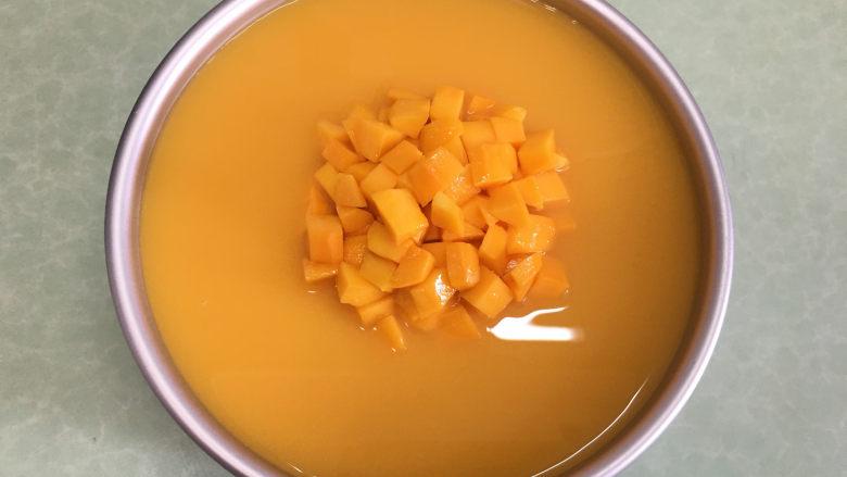 8寸芒果慕斯蛋糕,将凉了的橙汁吉利丁液倒入慕斯蛋糕上.放冰箱再冷藏两个小时。