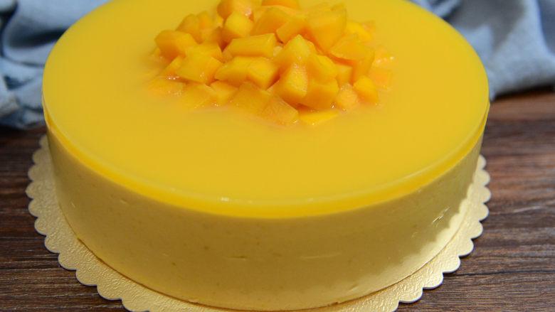 8寸芒果慕斯蛋糕,冷藏好进行脱模。脱模可以用电吹风机吹十几秒糕模具外侧,然后再脱模。