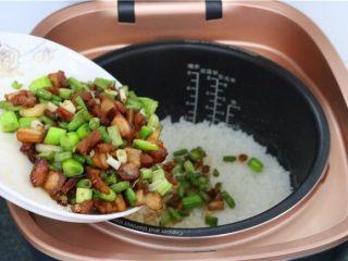五花肉蒜香腊味焖饭,配菜盛起后倒入已经煲好的米饭内