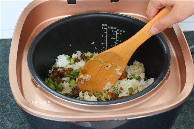 五花肉蒜香腊味焖饭,焖好后用饭勺打散米饭,搅拌均匀即可食用