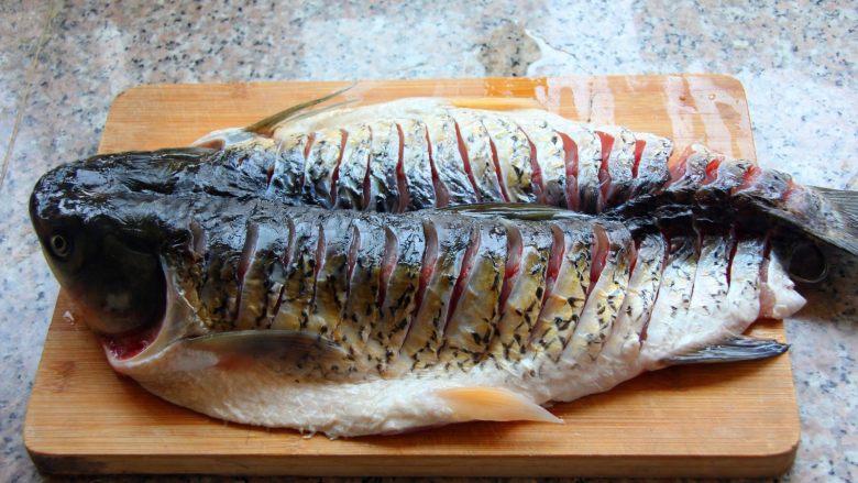 香辣烤鱼,中间切开,但是不要切断。