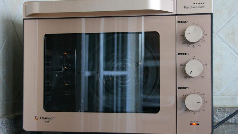 香辣烤鱼,长帝烤箱选择热风循环模式,220度预热。