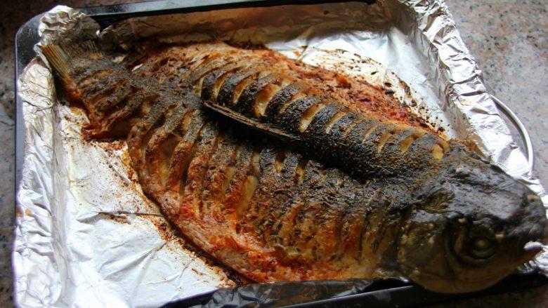 香辣烤鱼,取出烤好的鱼,此时的烤鱼撒点孜然粉和辣椒面就可以吃了……