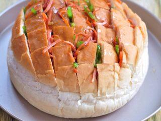 披薩派對面包,青椒、火腿、胡蘿卜切絲,下鍋加鹽炒熟,將炒好的菜塞到面包的縫隙里。