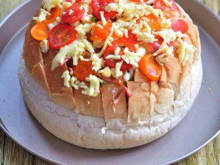 披薩派對面包,表面撒上馬蘇里拉奶酪。放入烤箱中,160度烘烤10分鐘。