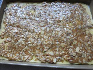好吃的根本刹不住啊--焦糖杏仁酥饼,倒在酥饼皮上抹平