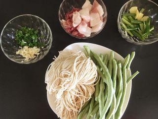豆角焖面,准备用料:切肉片时将肥肉和瘦肉分开切,葱姜切段,蒜切末待用。
