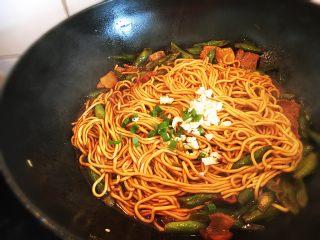 豆角焖面,拌匀面条收干汤汁最后加蒜末,也可以加一点香油提香。