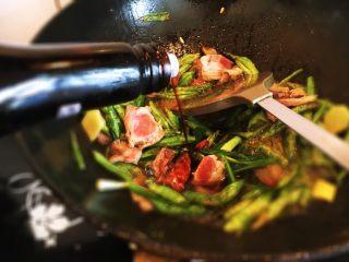 豆角焖面,加生抽和老抽调味翻炒均匀。