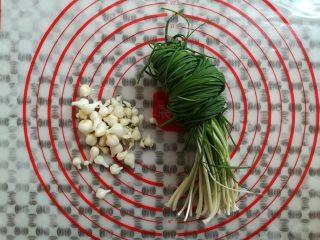 油炸糯米丸子,把野葱的葱头摘下待用