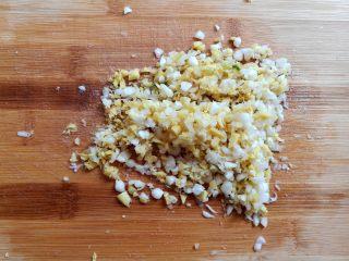 油炸糯米丸子,野葱头跟姜末一起切碎