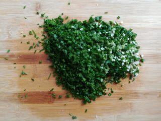 油炸糯米丸子,野葱的叶子切成小颗粒