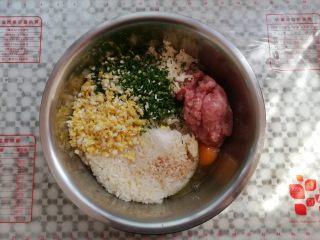 油炸糯米丸子,取一只干净的大盆,把所有的材料放进去,鸡蛋,生抽,胡椒粉一并放完