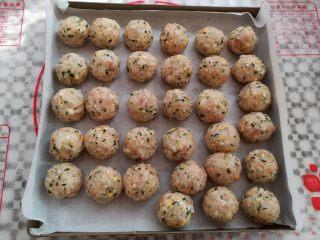 油炸糯米丸子,双手抹点油,取适量的糯米饭团揉成圆球,我做的30克左右