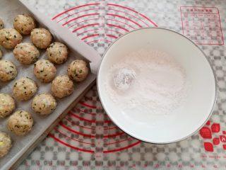 油炸糯米丸子,准备20克淀粉,把糯米饭团放到淀粉粒滚一下,再次揉圆