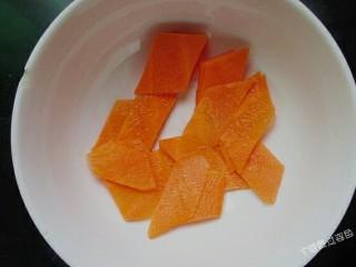 番茄金针菇蛋汤,胡萝卜去皮切成薄片
