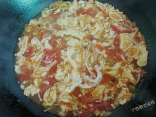 番茄金针菇蛋汤,蛋液基本凝固就可以出锅了,上桌前加入几滴香油更美味
