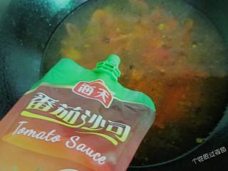 番茄金针菇蛋汤,往锅里加入两勺番茄酱