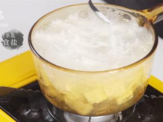 白贝豆腐萝卜汤,夏季消暑滋补必备 ,加入1茶匙食盐