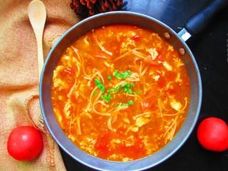 番茄金针菇蛋汤,撒点绿色葱花当做点缀,家里没葱了,我就用了一点绿色蔬菜当点缀