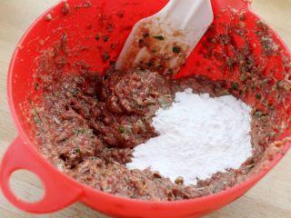 茄汁牛肉丸子烩饭, 5.加入面粉约30克拌均。注:这儿也可用土豆淀粉、地瓜粉、面包屑。