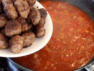 茄汁牛肉丸子烩饭,10.当酱汁煮开的时候,将前面煎炸好的丸子倒入锅中,加盖焖煮1-2分钟,至酱汁浓稠。