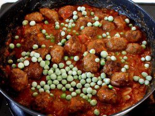 茄汁牛肉丸子烩饭,11.起锅前撒上一大把豌豆,拌均即可出锅。 注:如豌豆较老要事先焯烫一下,不可放入锅中久煮,颜色就不绿了。