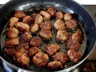 茄汁牛肉丸子烩饭, 7. 记住中间要不停地翻面,煎好的要取出来。全程保持中火,火大了就焦掉了。