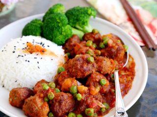茄汁牛肉丸子烩饭, 13.最后将米饭、丸子、西兰花盛入碗中享用。