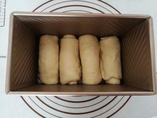 淡奶油吐司面包,11.放入土司模具中