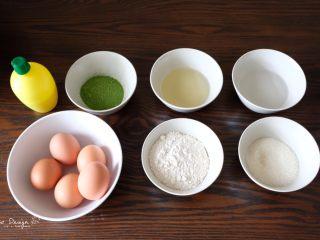 中空抹茶戚风蛋糕,所有材料称好份量。 熟练了之后也能边称边做, 但是开始的时候最好全部先称好, 这样才能不手忙脚乱。 低筋粉和抹茶粉混合, 提前过筛。