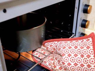 中空抹茶戚风蛋糕,烤箱提前预热好。 放中层,150度50分钟左右。 一定要根据自己烤箱的脾气调节时间温度。 中途去看看,如果上色差不多了, 就加盖锡纸,防止上色过深。