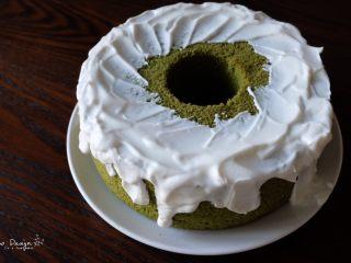 中空抹茶戚风蛋糕,适当装饰。 我没有用奶油,用的比较浓稠的酸奶, 这样既不用打发,也比较低脂。