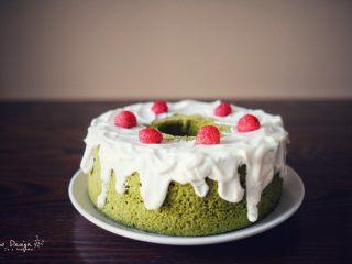 中空抹茶戚风蛋糕,放上几颗覆盆子, 美貌又好吃。