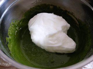 中空抹茶戚风蛋糕,取1/3蛋白到蛋黄抹茶糊中, 用硅胶刮刀切拌均匀。