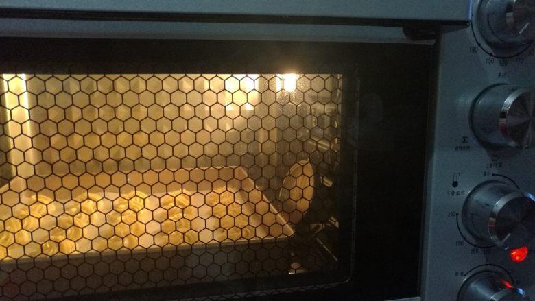 网红辣味曲奇,送入预热好的烤箱以上下火185度烘烤18分钟即可(时间温度仅供参考)