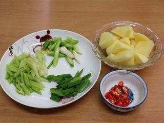 香辣土豆猪骨干锅,蒜苗和芹菜分别洗净切段,土豆去皮洗净,切块,辣椒切粒