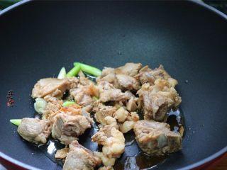 香辣土豆猪骨干锅,倒入排骨煸炒片刻