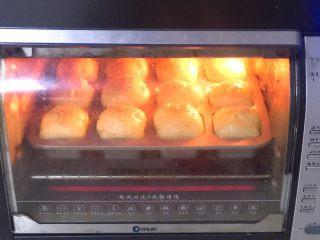 迷尔汉堡胚,放入烤箱150度烤20分钟