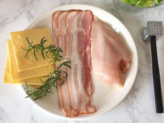 培根奶酪鸡肉卷,准备食材,在阳台上摘一支自己种的迷迭香。