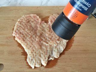 培根奶酪鸡肉卷,在单面撒上研磨的玫瑰盐和黑胡椒。