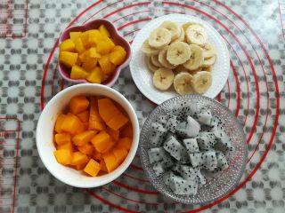 繽紛水果披薩,面團發酵的過程中把水果去皮切成小塊,黃桃罐頭用廚房紙吸干水份