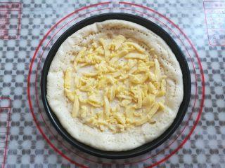 繽紛水果披薩,在披薩面團上抹上適量的沙拉醬,再放上適量的馬蘇里拉奶酪碎