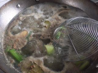 酸辣鸡脚,大火煮开加入料酒煮沸,鸡脚里的血沫都出来了,不需要撇去,等会要清洗的,转中小火煮五分钟左右,可以用筷子戳一下判断是否熟了。