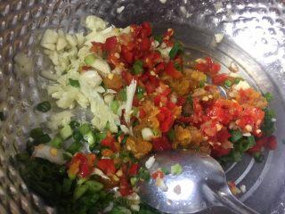 酸辣鸡脚,蒜蓉,香葱碎,剁椒酱放在容器里。