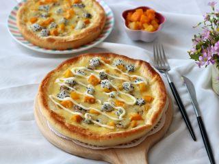 繽紛水果披薩,在披薩上擠上適量的沙拉醬,口感更好