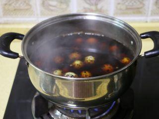 五香鹌鹑蛋,水开后,放入鹌鹑蛋,继续煮开